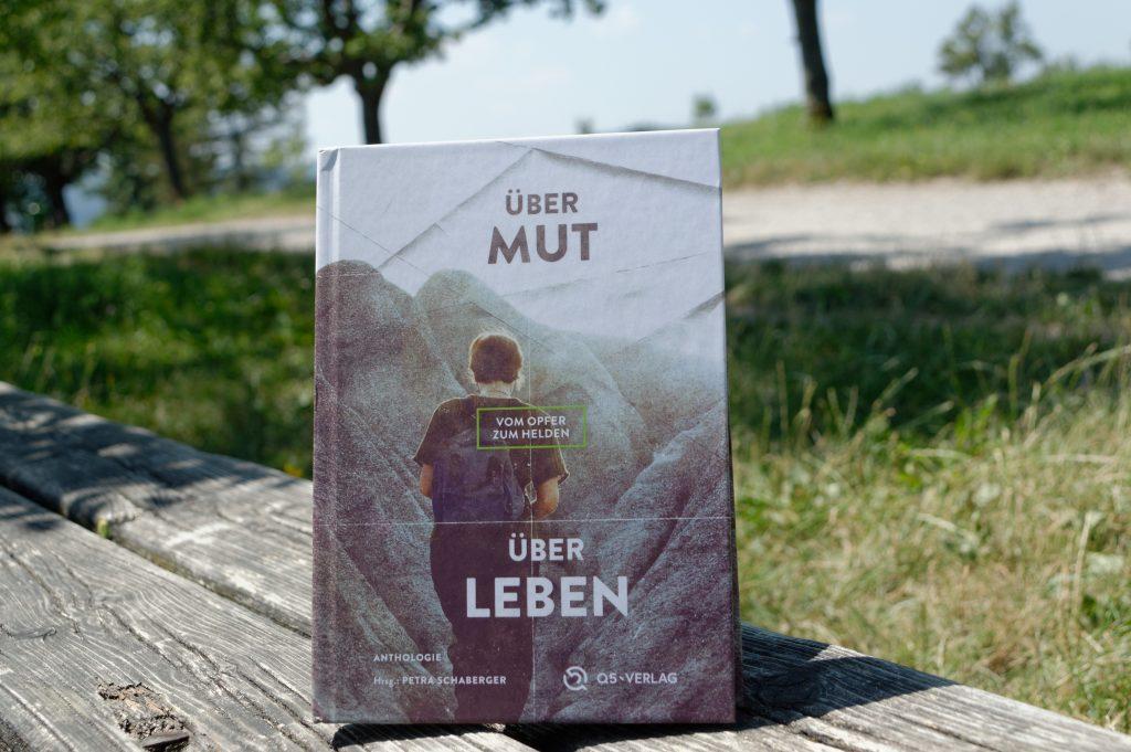 Buch Über Mut über Leben auf einer Parkbank im Grünen